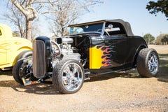 有镀铬物的黑火焰状旧车改装的高速马力汽车 免版税库存图片