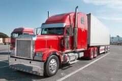 有镀铬物零件的红色美国卡车 库存照片