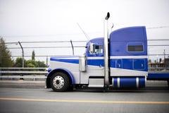 有镀铬物高管子的蓝色强有力的大半船具卡车拖拉机 库存照片
