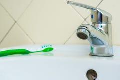 有镀铬物龙头的现代卫生间水盆 库存图片