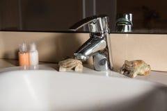有镀铬物龙头的现代卫生间水盆 免版税图库摄影