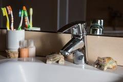 有镀铬物龙头的现代卫生间水盆 库存照片