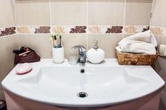 有镀铬物龙头的现代卫生间水盆 免版税库存照片