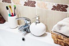 有镀铬物龙头的现代卫生间水盆 免版税库存图片