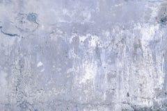 有镇压和孔的灰色混凝土墙 与纹理的背景 图库摄影