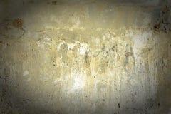 有镇压和斑点的黄色混凝土墙 与纹理和小插图的背景 图库摄影