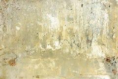 有镇压和斑点的黄色混凝土墙 与纹理的背景 图库摄影