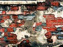 有镇压和残破的膏药的困厄的砖墙 库存图片
