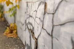有镇压和芯片的老基础墙壁 库存照片