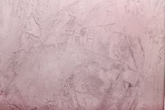 有镇压的水泥桃红色墙壁 与纹理的背景 免版税库存图片