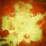 有镇压的粗砺的墙壁 与大黄斑的难看的东西红色背景在中心 库存照片