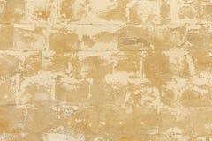 有镇压的破旧的米黄石墙 库存照片