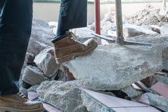 有镐的瓦工,重建大阳台的防水和绝缘材料,挖掘 库存照片