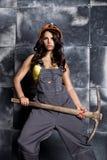 有镐的美丽的性感的工作者 钢背景的诱人和美丽的妇女矿工 库存照片