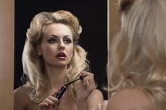 有镜子的化妆师 库存图片