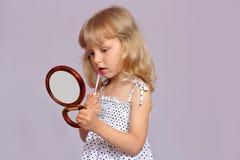 有镜子的女孩。 免版税库存照片
