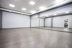 有镜子的现代体操室 免版税库存照片