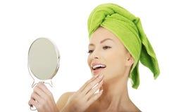 有镜子的美丽的妇女 免版税库存图片