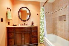 有镜子的被雕刻的木卫生间虚荣内阁 免版税库存照片