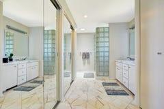 有镜子幻灯片门的白色卫生间 免版税图库摄影