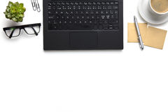 有镜片、咖啡杯和笔记的膝上型计算机关于白色书桌 库存图片
