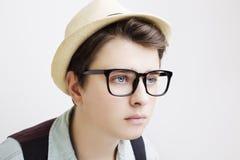 有镜片和帽子的英俊的男孩 免版税库存图片
