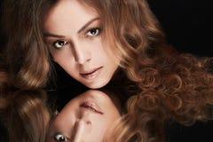有镜象反射的美丽的妇女 库存图片