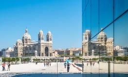 有镜象反射的马赛大教堂 免版税库存图片
