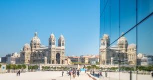 有镜象反射的马赛大教堂 库存图片