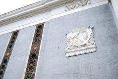 有镰刀和锤子苏维埃符号的灰色墙壁 免版税库存照片