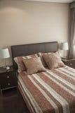有镶边床罩的明亮,现代卧室。 免版税库存照片