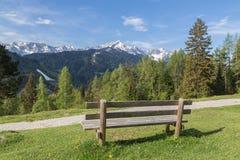 有长凳加米施・帕藤吉兴巴伐利亚的德国阿尔卑斯全景 库存图片