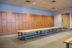 有长凳和衣物柜的公开更衣室 库存图片