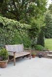 有长凳和露台的庭院 免版税库存照片