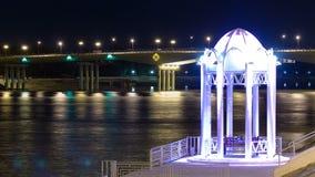 有长凳的亭子和在河沿乌拉尔的有启发性桥梁在城市阿特劳timelapse hyperlapse 股票录像