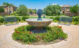 有长凳的公园喷泉 免版税库存照片