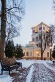 有长凳的冬天胡同和一座钟楼在公园 戈梅利,白俄罗斯 库存照片