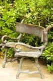 有长凳的春天庭院 库存照片