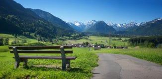 有长凳的消遣地方在rubi村庄上 免版税图库摄影
