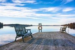有长凳的跳船在湖 免版税库存图片