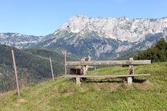 有长凳的阿尔卑斯山的远足者的在德语贝希特斯加登附近 免版税库存图片