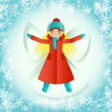 有长发的白肤金发的少年女孩,在长的红色外套,做在雪的雪天使 库存例证