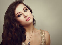 有长发的美丽的发烟性眼睛构成妇女。 免版税库存照片