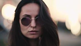 有长发的美丽的深色的行家女孩在被反映的太阳镜 股票视频