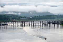 有长尾巴小船航行的风景著名木星期一桥梁在s 免版税库存图片