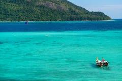 有长尾巴小船的安达曼海两深颜色海 免版税库存图片