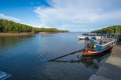 有长尾巴小船的普吉岛港口 免版税库存图片