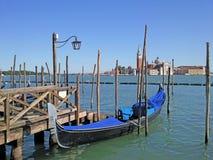 有长平底船和主要运河的威尼斯,有背景的圣马尔谷教堂广场的和船坞 免版税库存照片