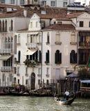 有长平底船和别墅的大运河 免版税库存图片