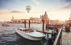 有长平底船和老中世纪大厦五颜六色的门面的绿色水道在阳光下在威尼斯 免版税库存图片